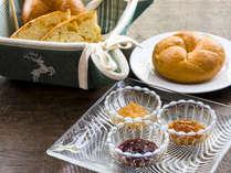 【朝食】焼きたてのパンにはサンアントン自慢の自家製ジャムをたっぷりと添えて。