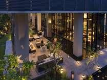 【the lounge】ライトアップされた光が木々を照らすナイトタイムは、幻想的な雰囲気