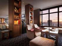 【クラブラウンジ】高層階からの夕日を眺めながら、カクルタイムをお楽しみ頂けます