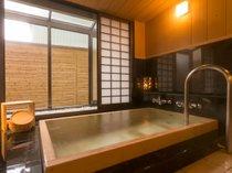 【貸切風呂】源泉掛け流しに加えて檜浴槽はマイナスイオンたっぷり☆