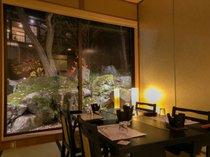 【個室お食事処】ライトアップされた銘庭を眺めながらゆっくりと♪