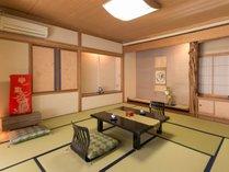 """■本館■ アンティークな家具が似合う、""""歴史の香り""""をそのままに残した本館客室"""