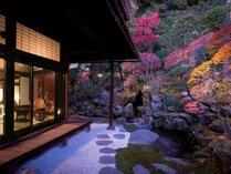 桃山時代に築堤された林泉式庭園を眺む、大人のくつろぎ空間「サロン上段」(別料金)※客室ではありません