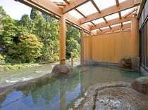 深緑と清流「豊沢川」を臨む露天風呂「桂の湯」、源泉100%掛け流し内湯付露天風呂(写真:女湯)