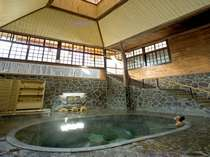 地下一階・地上二階吹き抜けの日本一深い自噴岩風呂「白猿の湯」、源泉100%掛け流し。3回/日、女湯。