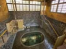 一階から地下一階を見下ろす・日本一深い自噴岩風呂「白猿の湯」、源泉100%掛け流し。3回/日、女湯。