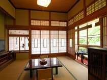 情緒溢れる客室木造本館三階角部屋(和室8+6畳/冷暖房・40型平面TV・冷蔵庫完備、洗面トイレ共同)