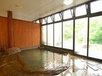「桂の湯」開放感のある内風呂渓流を眺めつつ浸かる源泉100%掛流しの内湯付露天風呂(写真:男湯)