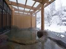 「桂の湯」情緒溢れる雪見露天風呂、渓流を眺めつつ浸かる源泉100%掛流しの内湯付露天風呂(写真:男湯)