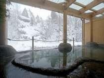 柔らかな湯が肌を優しく包み込む、渓流を眺めつつ浸かる源泉100%掛け流し内湯付露天風呂(写真:女湯)