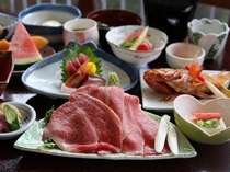 厳選岩手和牛A5ランクのしゃぶしゃぶをはじめ地物の山菜・きのこ、三陸直送の魚介類が並ぶ。