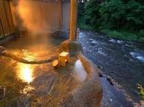 「桂の湯」情緒溢れる雰囲気が漂う夜の露天風呂もお薦め、源泉100%掛け流し内湯付露天風呂(写真:男湯)