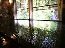 「豊沢川」と対岸の「白糸の滝」を望む半露天風呂「白糸の湯」6~15時(女湯)、15~6時(男湯)源泉100%掛流し