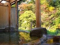 対岸の紅葉を望む絶景の渓流露天風呂「桂の湯」、源泉100%掛け流し(内湯付露天風呂)(写真:男湯)