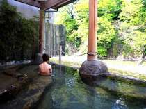 「桂の湯」渓流を眺めつつ浸かる源泉100%掛け流しの内湯付露天風呂(写真:女湯)