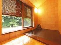 「豊沢川」のせせらぎと対岸の「白糸の滝」を望む時間帯貸切風呂「銀の湯」15~21時(貸切)源泉100%掛流し