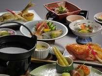 【おまかせ膳料理例】地物「減農薬米」山菜、「三陸」の海の幸が並ぶ。彩りも豊かな地の厳選素材