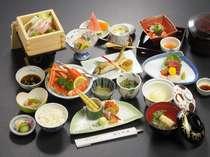 【品数特選膳料理例】地物「減農薬米」山菜、「三陸」の海の幸が並ぶ。彩りも豊かな地の厳選素材