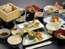 【通常お料理満足膳料理例】地物「減農薬米」山菜、「三陸」の海の幸が並ぶ。彩りも豊かな地の厳選素材