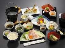 【デザート付美食膳料理例】地物「減農薬米」山菜、「三陸」の海の幸が並ぶ。彩りも豊かな地の厳選素材