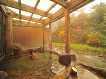 「桂の湯」渓流を眺めつつ浸かる源泉100%掛け流しの内湯付露天風呂(写真:男湯)