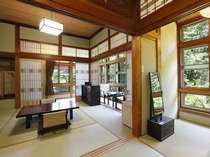 2階の角部屋・回り廊下は、木枠のガラス戸と障子の取り合わせがレトロな雰囲気。こだわり部屋13号室