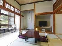田宮虎彦がこの部屋に逗留し銀心中を執筆。和室8+4畳/冷暖房・40型平面TV・冷蔵庫完備、洗面T共同