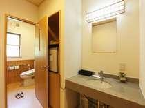 旅館部別館一階(和室8畳/シャワートイレ付、冷暖房・洗面・40型平面テレビ・冷蔵庫完備)渓谷展望。