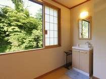 旅館部別館二階(和室12畳/冷暖房・洗面完備、40型平面テレビ・冷蔵庫完備、トイレ共同)渓谷展望。