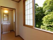 旅館部別館三階(和室8畳/冷暖房・洗面完備、40型平面テレビ・冷蔵庫完備、トイレ共同)渓谷展望。