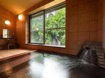 対岸の白糸の滝を望む:時間帯貸切風呂「銀の湯」