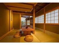 居間は伝統的な様式を再現された天井。こだわりのある空間で意匠をお楽しみ頂けます。