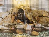 ザァー…。湯口から落ちる温泉の音に耳を傾ける。目を閉じ、手足を開放して、お湯の温もりを全身で。