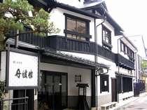 *創業明治元年、木造3階建て、老舗旅館の風情漂う当館外観。
