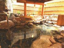 ■開放的な露天風呂。ぬるめの源泉を贅沢にかけ流した湯につかり、癒しのひとときを…♪