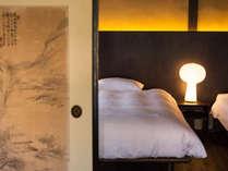 すべてのお部屋に、寝心地の良いセミダブルベッドをご用意