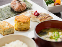 和朝食は地元農家の方々が、手間暇かけて育てた新鮮な野菜や香住で水揚げされた新鮮なお魚を使用。