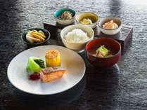 大好評のご朝食。地元の食材をつかった和定食でございます。
