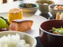 目覚めの朝は、新鮮食材を使った栄養豊富な和朝食を。
