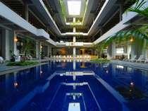 天井が抜けていて南国感あふれる半室内プール。冬には温水になるので年中遊べます♪