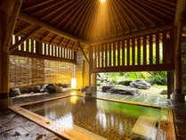 【女湯・露天風呂】女湯には2つの露天風呂をご用意。重厚な木組みの檜風呂。