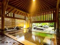 【露天風呂】重厚な木組みの檜風呂。