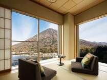 【湖側 角部屋 100平米】男体山側に位置し、中禅寺湖も前面に望める客室。