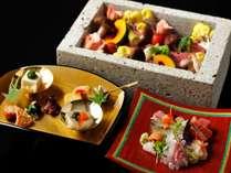 メインは栃木県で採掘される大谷石の器を用いた「野菜と牛肉の石室焼き」。素材の味が凝縮された逸品です。