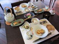 【朝食】2011年秋の朝食一例です。写真はお二人様分です。
