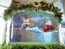 【ロビー】水槽には魚ロボットが泳いでいます!!!