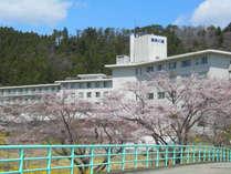 *【外観】春には桜と菜の花が周辺を彩ります。