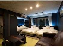 【スイート】ダブルベッド4台+ソファーベッド(クイーンサイズ)1台で、最大10名様まで宿泊可能。
