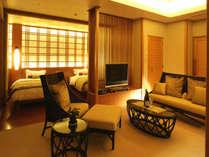 テーブルはいずれも籐製と、自然のぬくもりと木目調の美しさを大切にしている