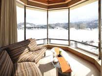 座り心地よいコーナーソファーからの眺望は、つい時が経つのを忘れてしまう。